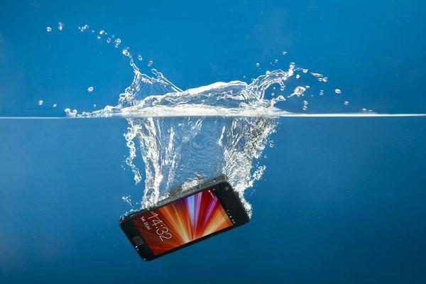 https://lenovogid.ru/wp-content/uploads/2017/10/water-damage-smartphone_1.jpg